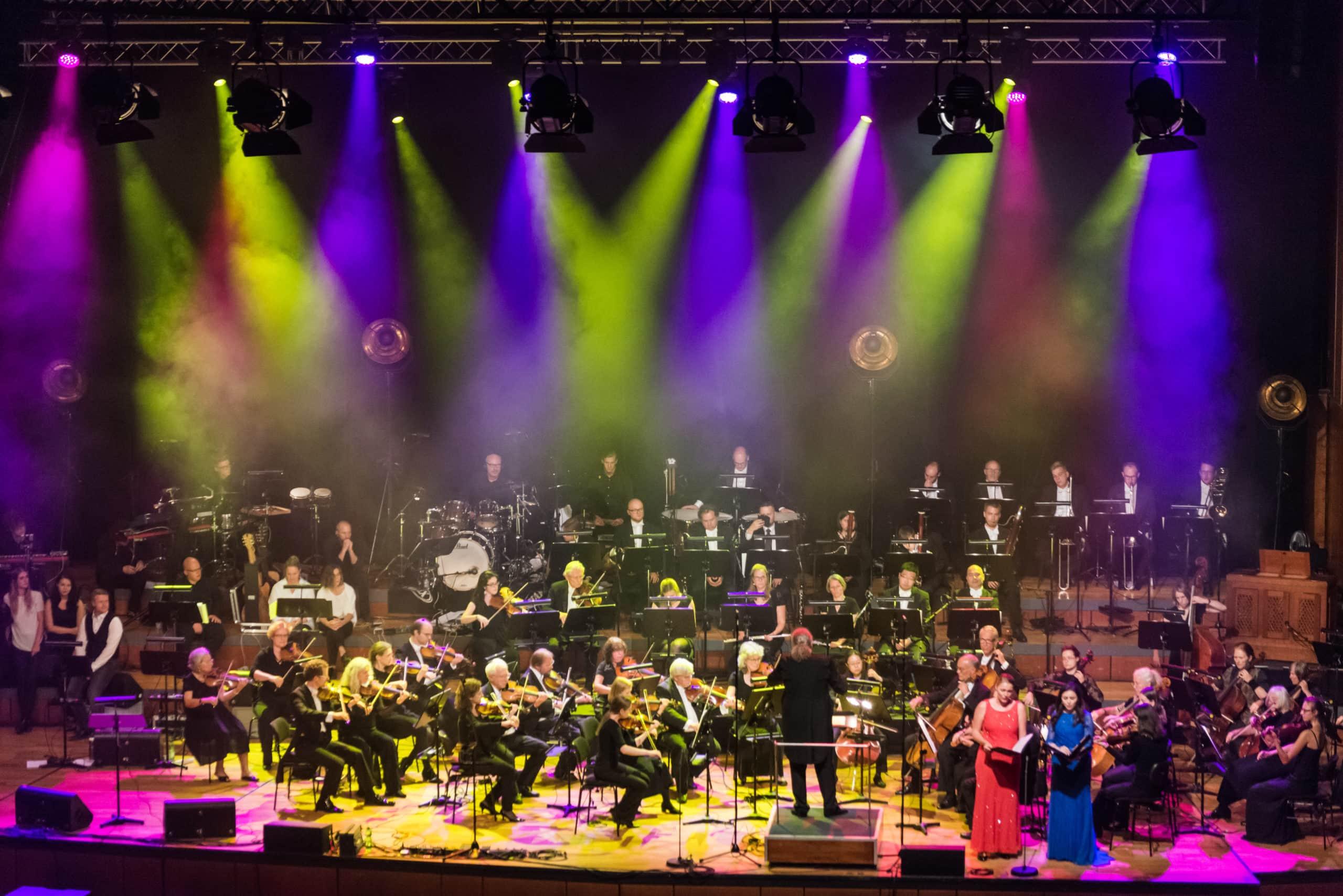 Bühne mit Orchester und Band